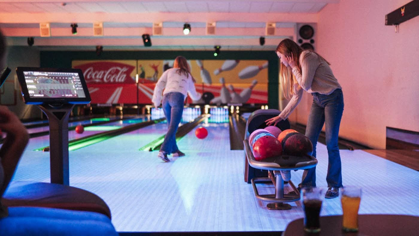 ungdom som spiller bowling med discolys