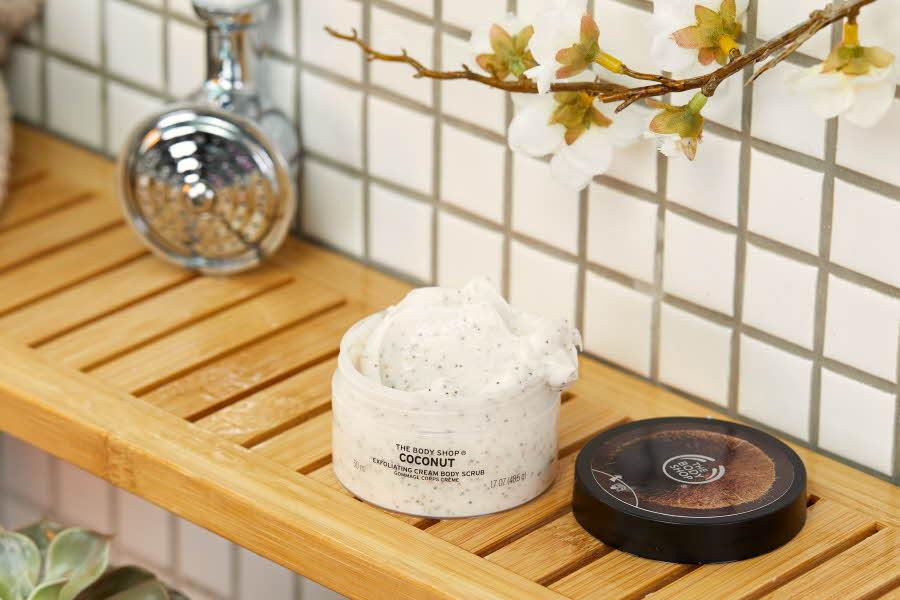 Bodyskrubb fra The Body Shop i dusjen