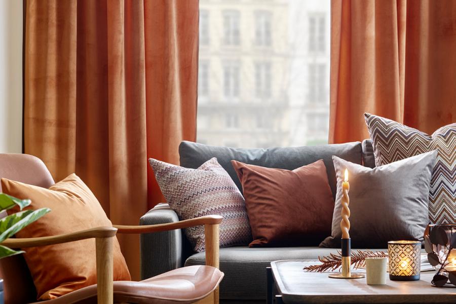 Puter i sofa, og gardiner foran vindu
