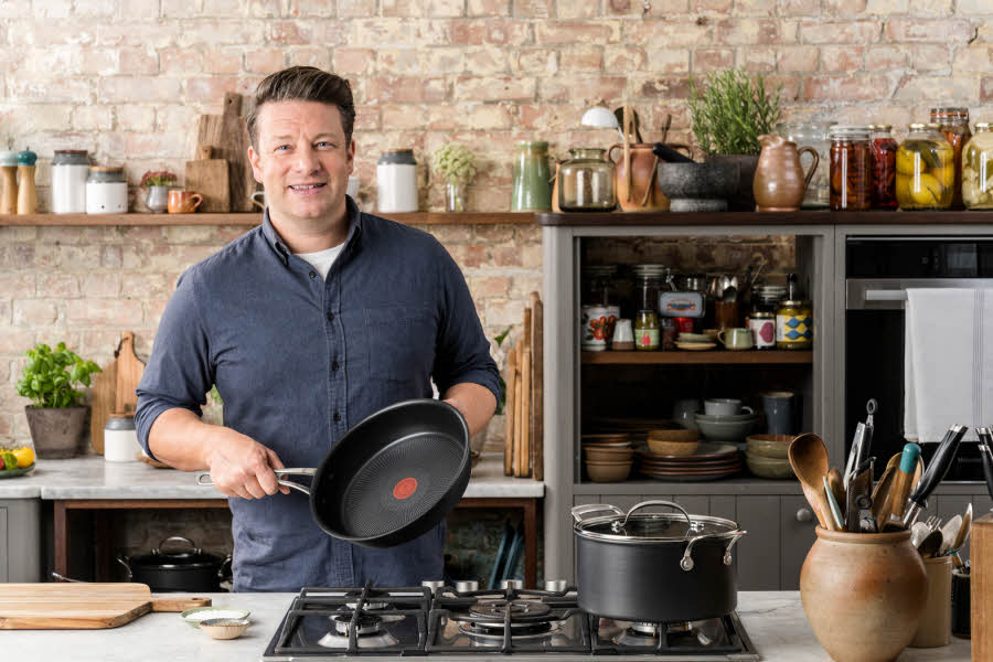 Jamie Oliver holder en stekepanne