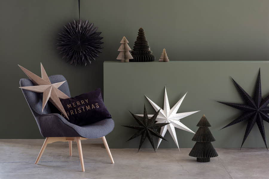 Papirstjerner står spredt i en stue