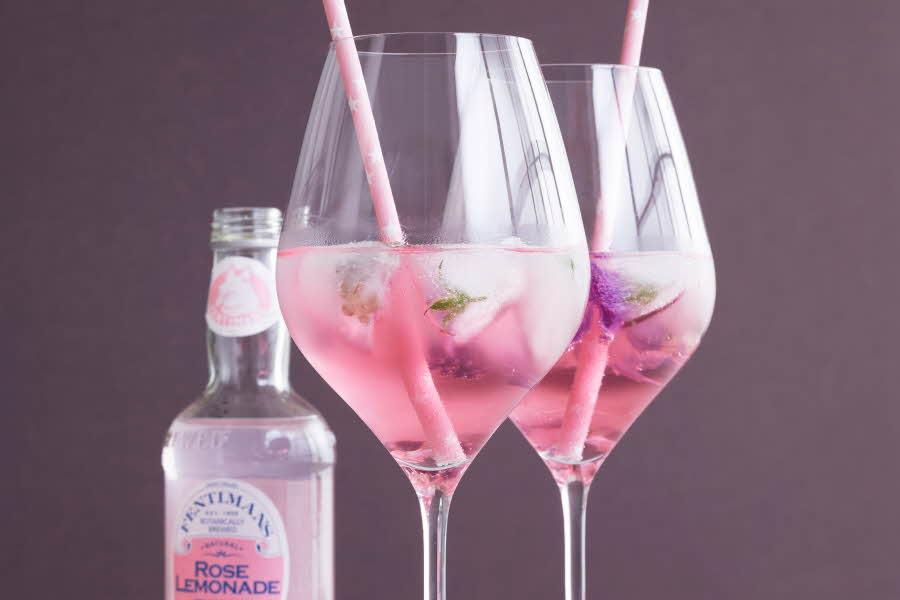 Cabernet glass med rosa drikke i