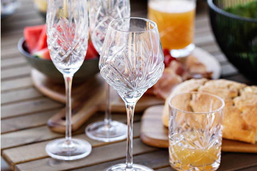 Glassene Glasserien Francine står på et bord
