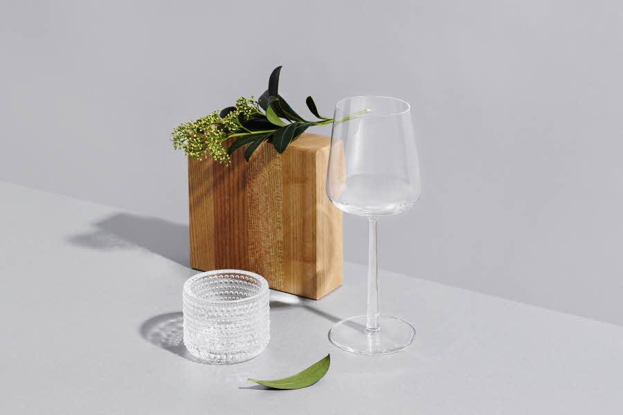 Et vinglass står foran plante