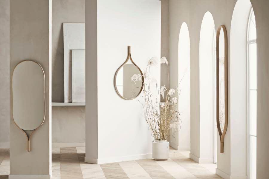 Speil henger på vegger