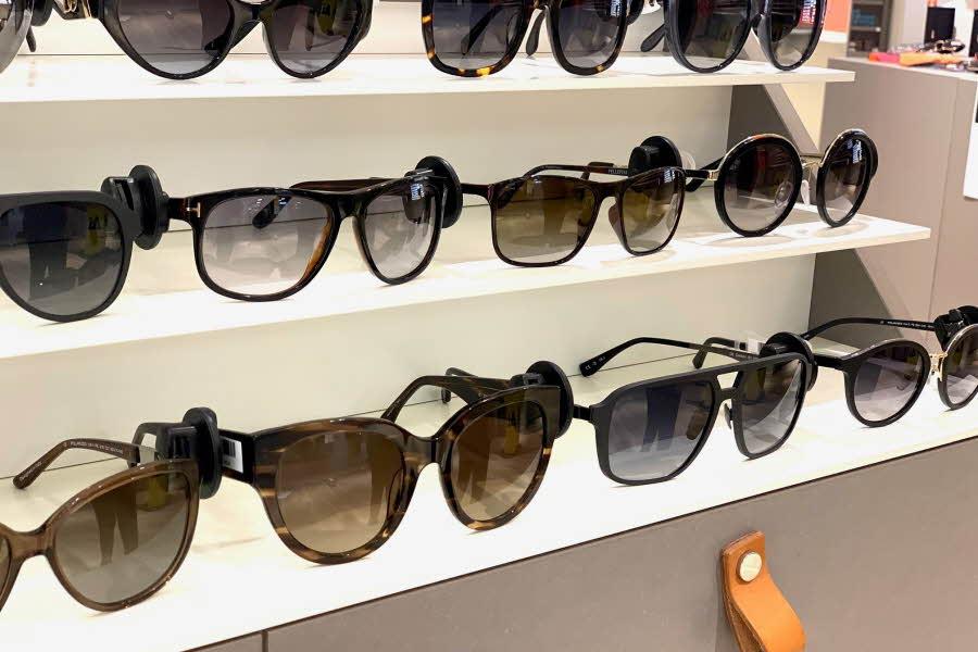 Mange solbriller på veggen i en butikk