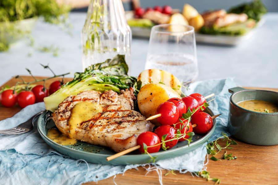Sommerkoteletter med tilbehør på fat