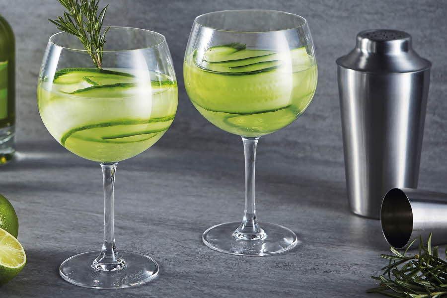 Gin glass med drikke i og agurk i