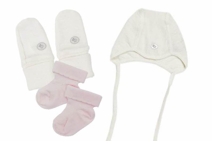 hvite votter, hvit lue og rosa sokker til baby