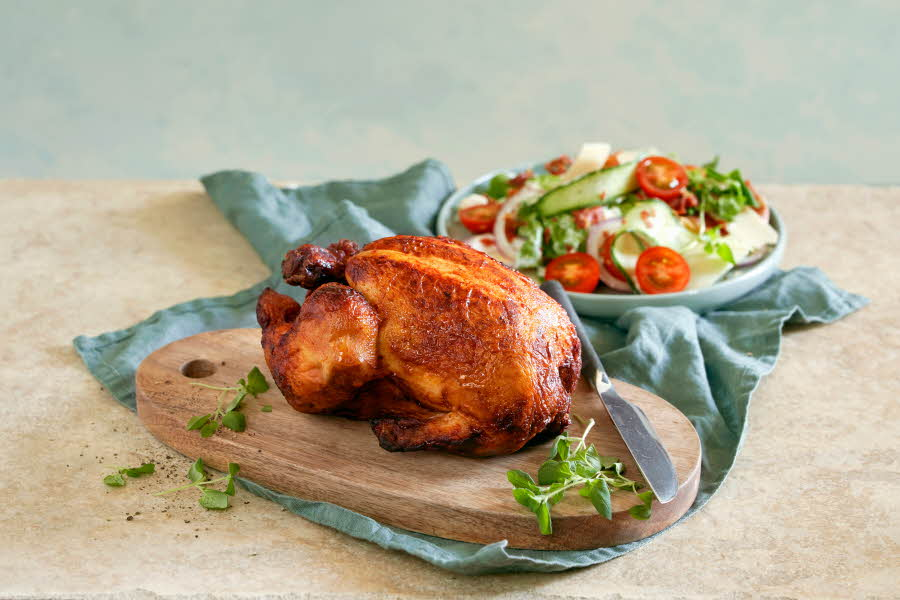 Nygrillet kylling ligger på fjøl