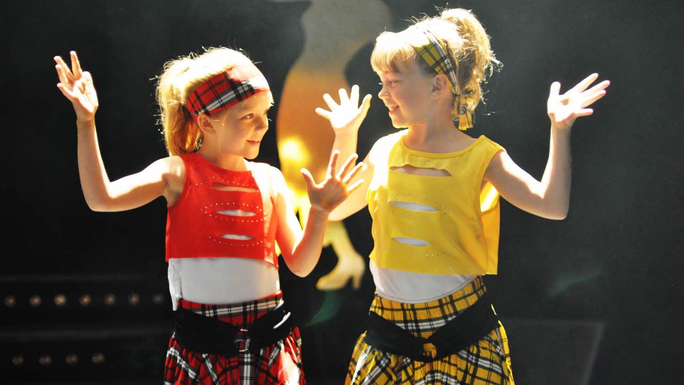 To jenter i pene klær opptrer i dans fra dansestudioet KGB Dans & Ballett
