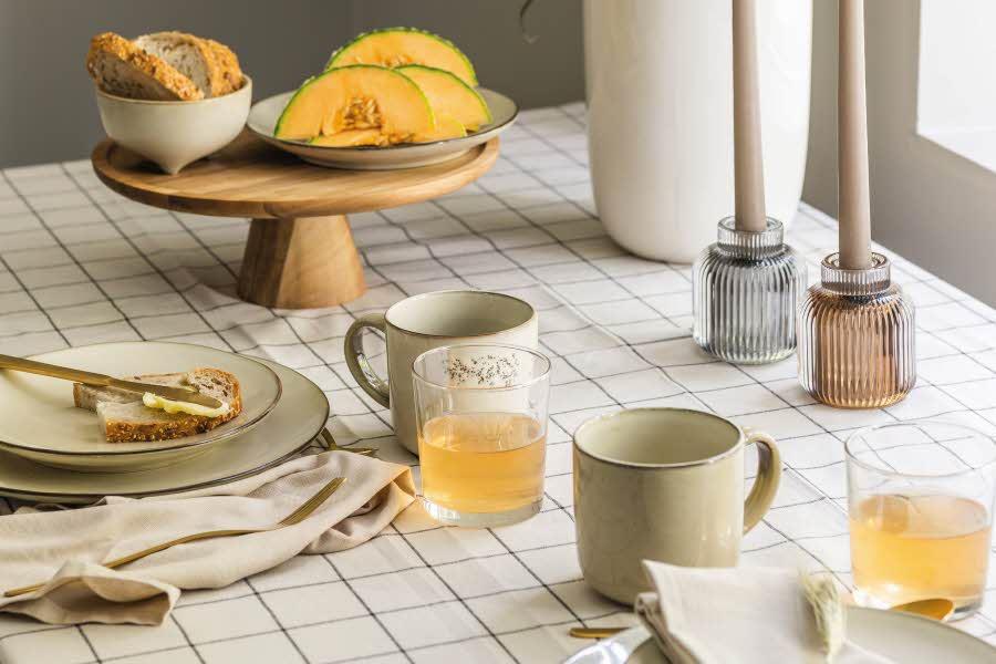 Kopper, fat og glass på dekt bord