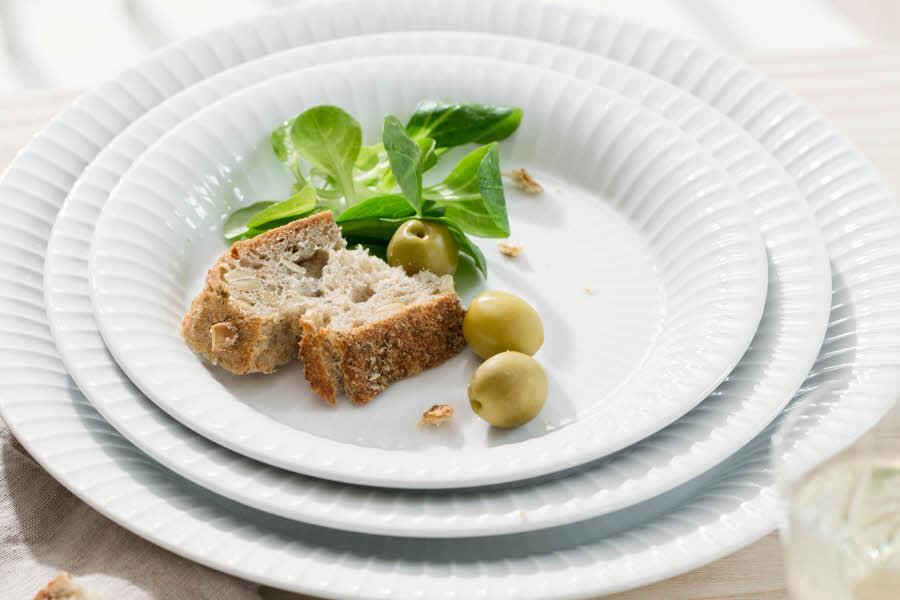 Brød og blad ligger på fatt