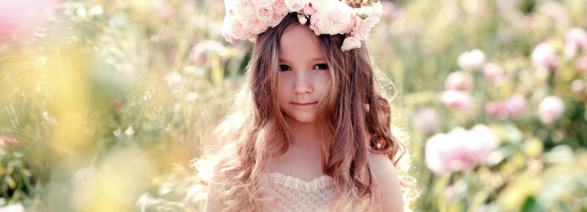 jente med blomsterkrans