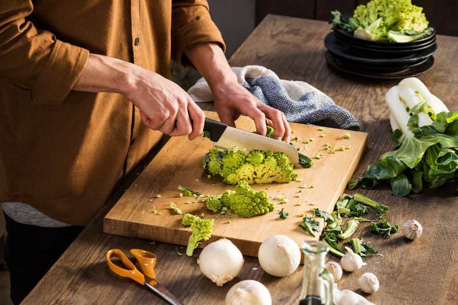 Dame skjærer grønnsaker