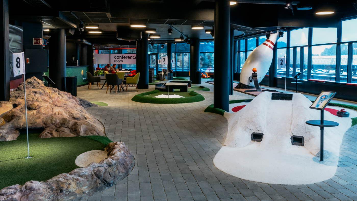 Minigolfbanen med store bowlingkjegler og grønt område